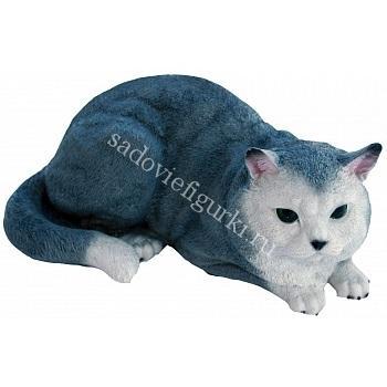 Кошка лежит серая
