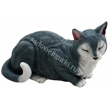 Кошка спит серая